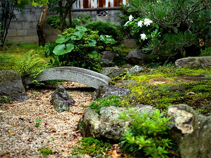 石で川や魚を表現