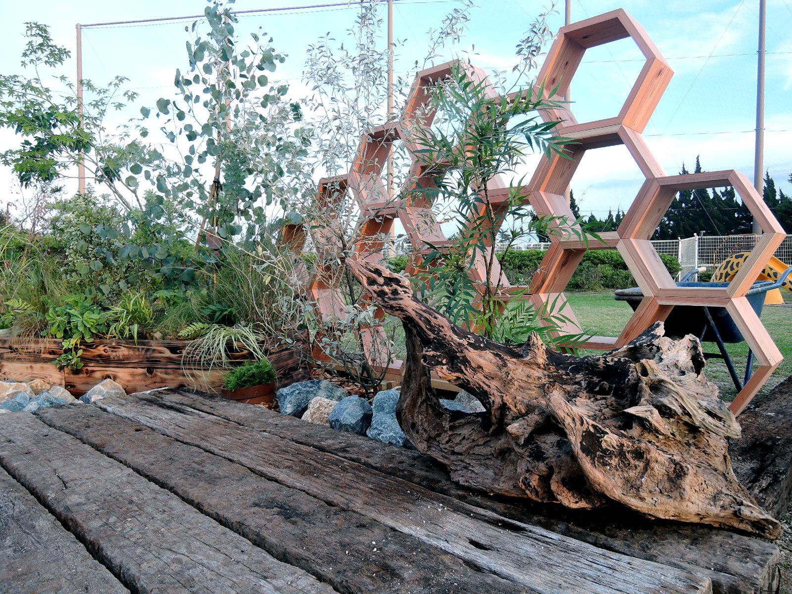 ハニカム構造のウッドフェンス。お気に入りの植木鉢や、ガーデンツールを置いても良い感じ。 僕ならウィスキー置きたい。。