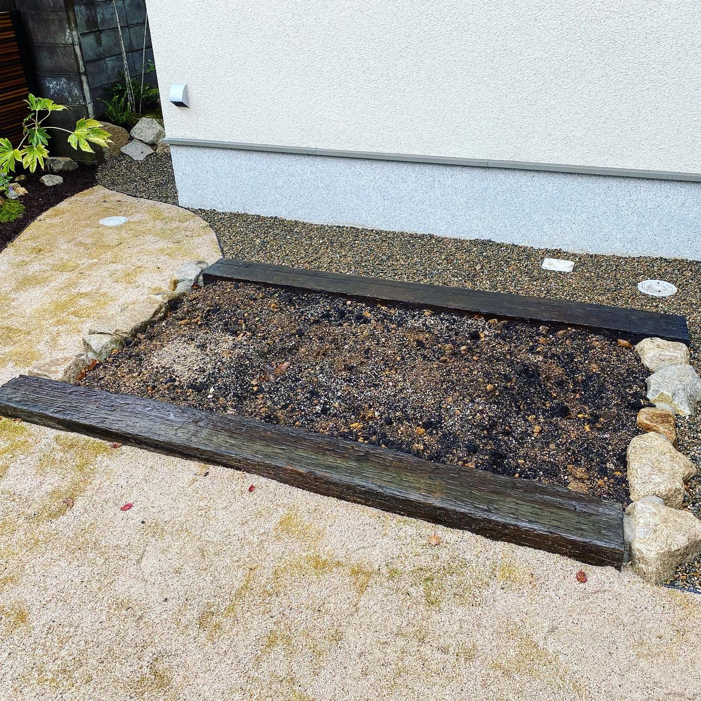 家庭菜園を枕木と割栗石で作成。